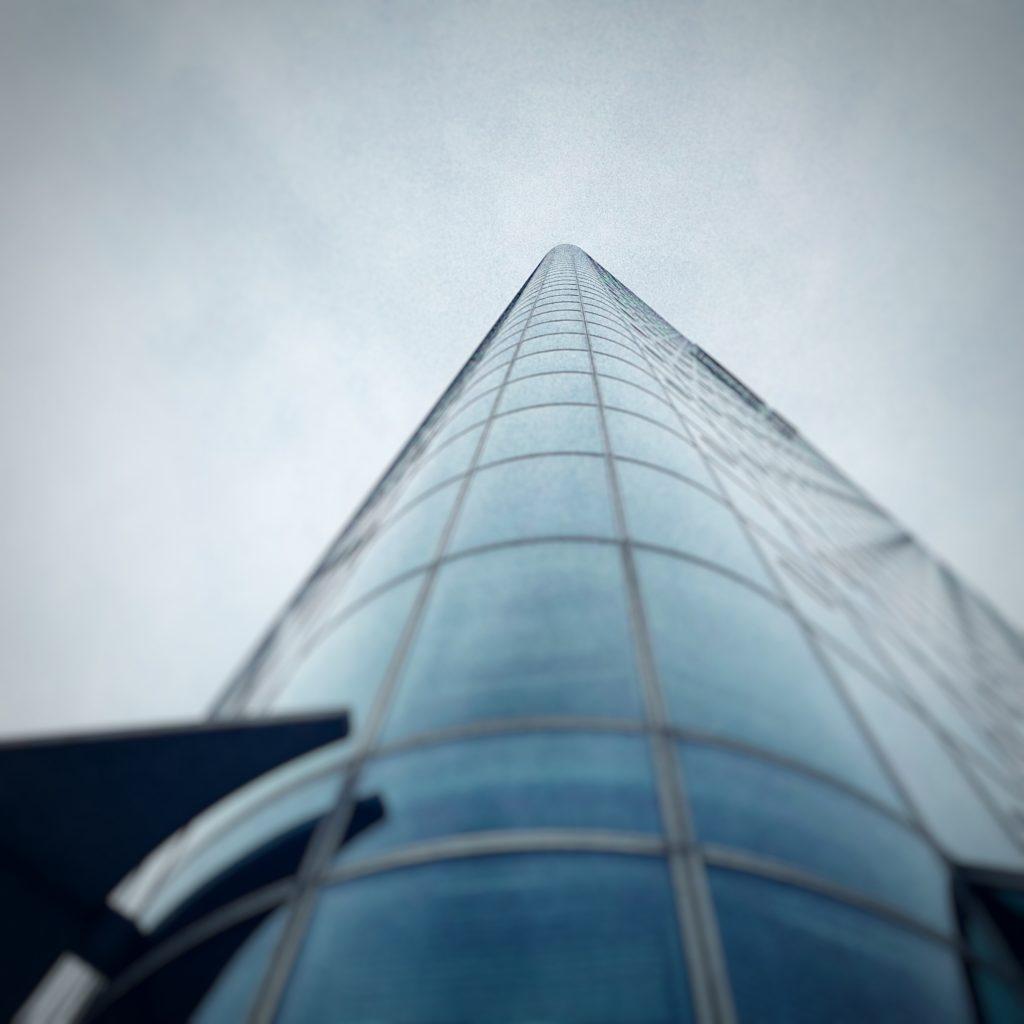Hochhaus mit Glasfassade in Fluchtpunktperspektive